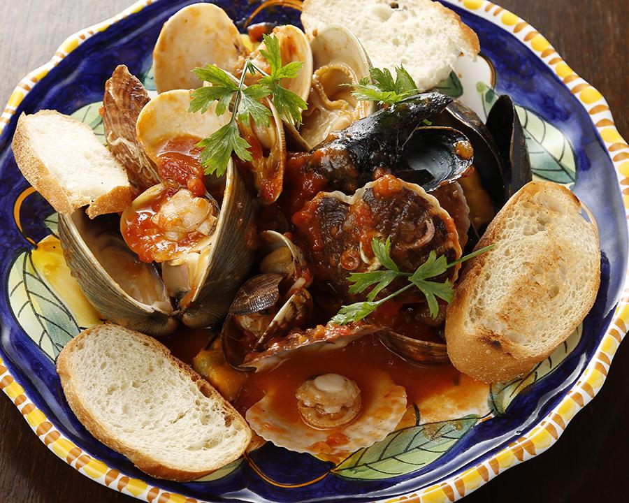 あさり、ハマグリ、ムール、イカ、海老など魚介の旨みがギュッと詰まった一皿!バケットをソースに浸して食べるともはや神!