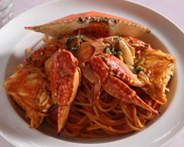 〈スパゲッティー〉当店不動の人気!渡り蟹を丸ごと使った濃厚な一品!出汁を取るだけで20匹の蟹を使用